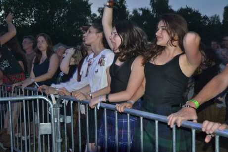 Les vrais fans étaient venus en kilt.