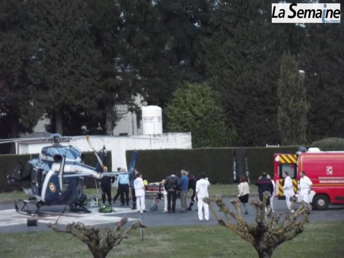 la blessée est transférée dans l'hélicoptère de la gendarmerie