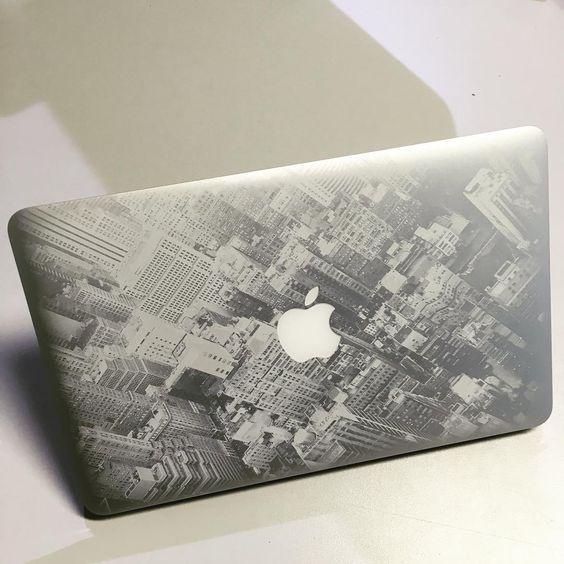 Apple Macbook Gravur vollflächig Hochhäuser