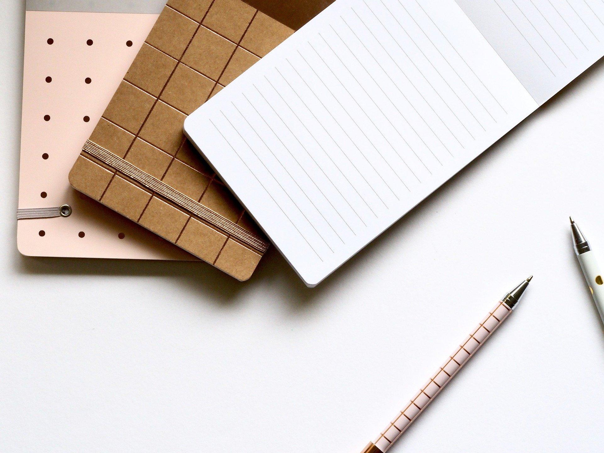 libretas y bolígrafos de colores