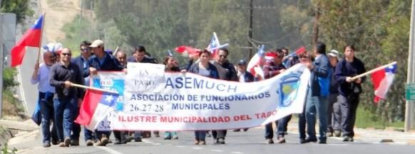 Funcionarios de El Tabo marchando