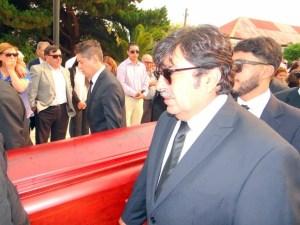 Alcalde Jorquera y familiares trasladan el feretro de Elsita Romero.