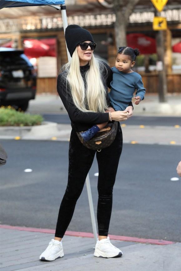 Khloe Kardashian sosteniendo True Thompson
