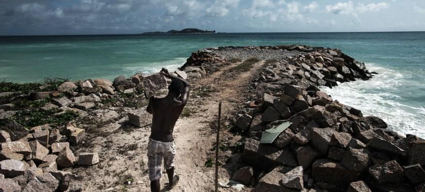 En Seychelles, se realizan esfuerzos para mejorar la protección costera de las inundaciones causadas por las tormentas y el aumento del nivel del mar debido al cambio climático.