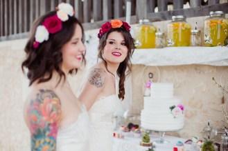 Mariées avec des couronnes de fleurs