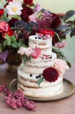 Wedding cake avec des roses et des dahlias
