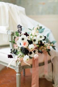 Bouquet de mariée avec des anémones blanches