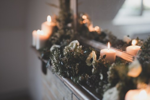 Décoration de cheminée avec des bougies