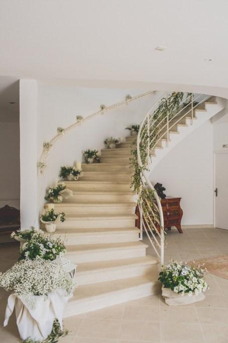 Décoration florale autour d'un escalier