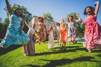 Photo de saut avec les demoiselles d'honneur