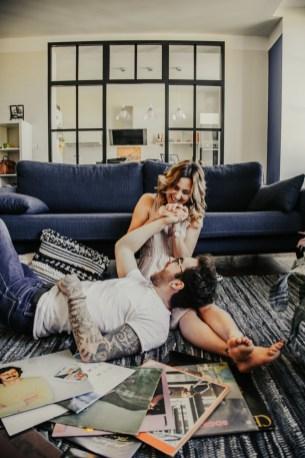 Moment tendre d'un couple sur le tapis du salon