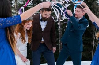Sortie des mariés avec des rubans