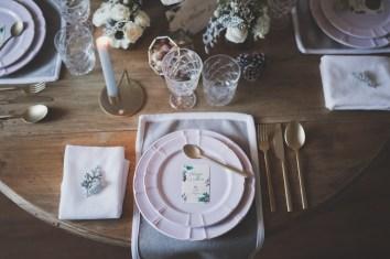 Vaisselle rose et couverts dorés pour table de mariage