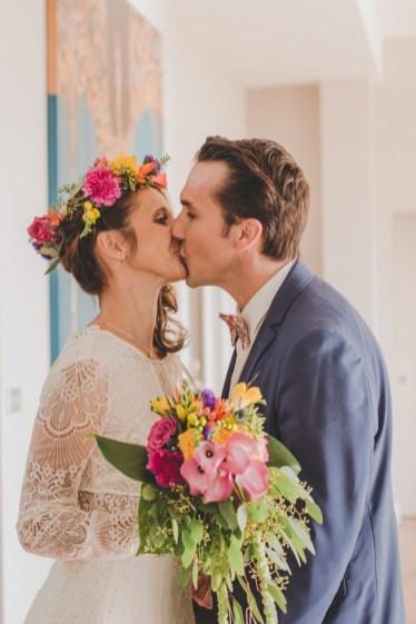 Baiser des mariés pour un mariage tropical chic