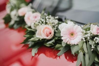 Décoration florale sur une voiture de mariage