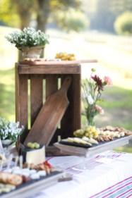 Décoration de buffet avec des caisses en bois