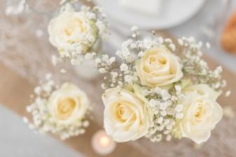 Rose blanche et gypsophile pour décoration de mariage