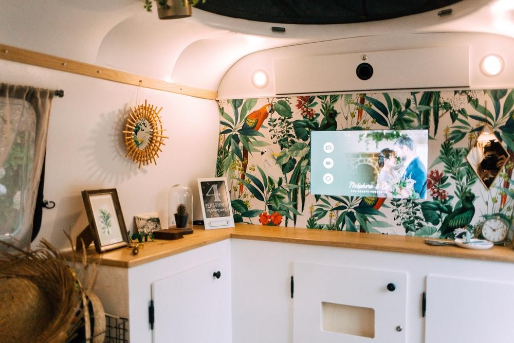 caravane-vintage-photobooth-nicephore-and-co-interieur-tropical-ecran