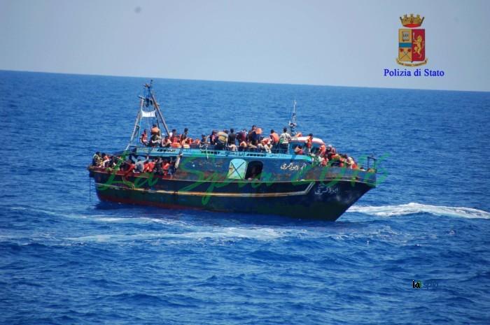 Sbarcati tutti i 450 migranti, saranno ricollocati. Salvini: