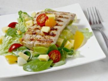 Pollo en colchón de verduras es una comida sana