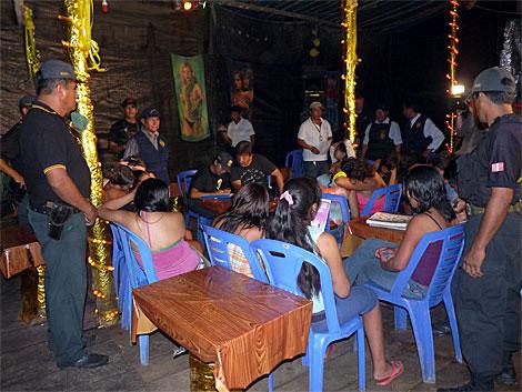 La Fiscalía toma datos de menores rescatadas en un operativo. Foto: Asociación Huarayo