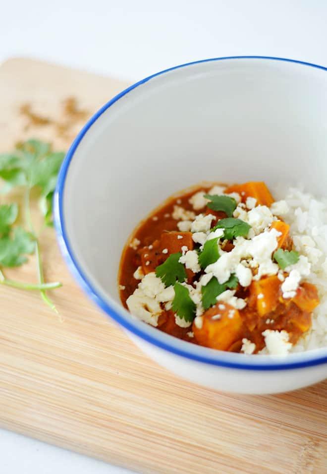 Recept: zoete aardappelcurry met linzen en feta