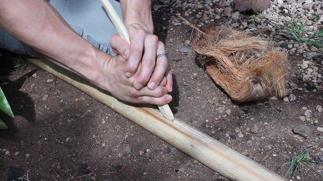 La technique pour faire le feu avec de deux batons