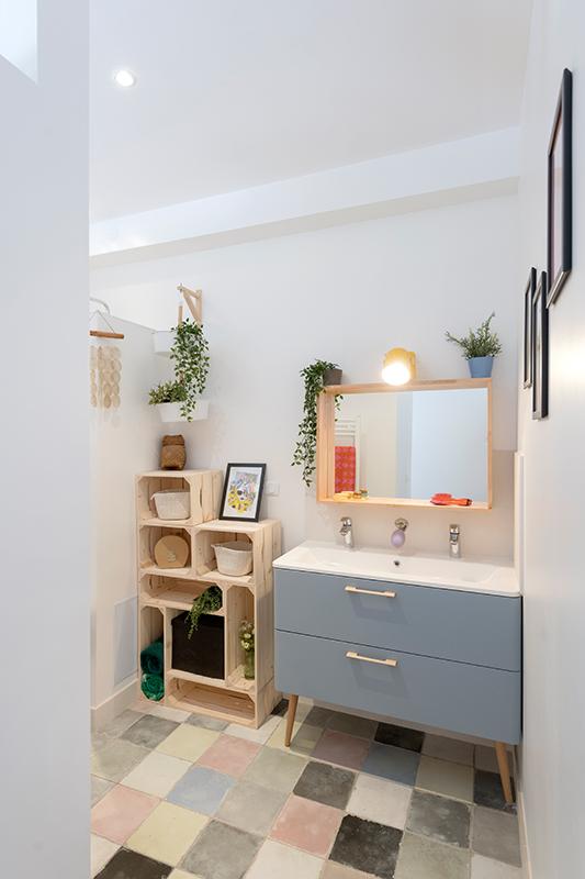 Une salle de bain aux couleurs pop : carrelage, meuble vasque et porte-savon coordonnés