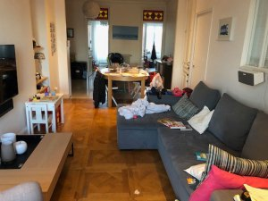 La circulation du salon de ces clients s'est vue de plus en plus contrainte avec l'arrivée des enfants et l'étendue de leur « terrain de jeux ». Effet couloir, désespoir ! Remède : repenser l'aménagement et choisir des meubles moins volumineux et multifonction.