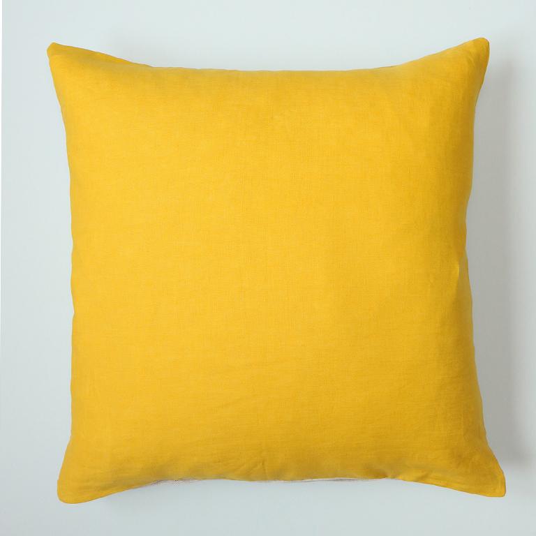 Voici la housse de coussin Golden, en lin jaune et beige chambray au dos.
