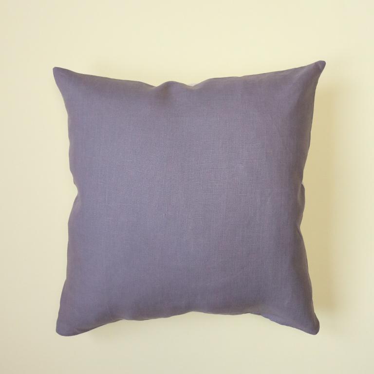 Housse de coussin réalisée à la main en France, mauve-grisé sur le devant et beige sur l'arrière.