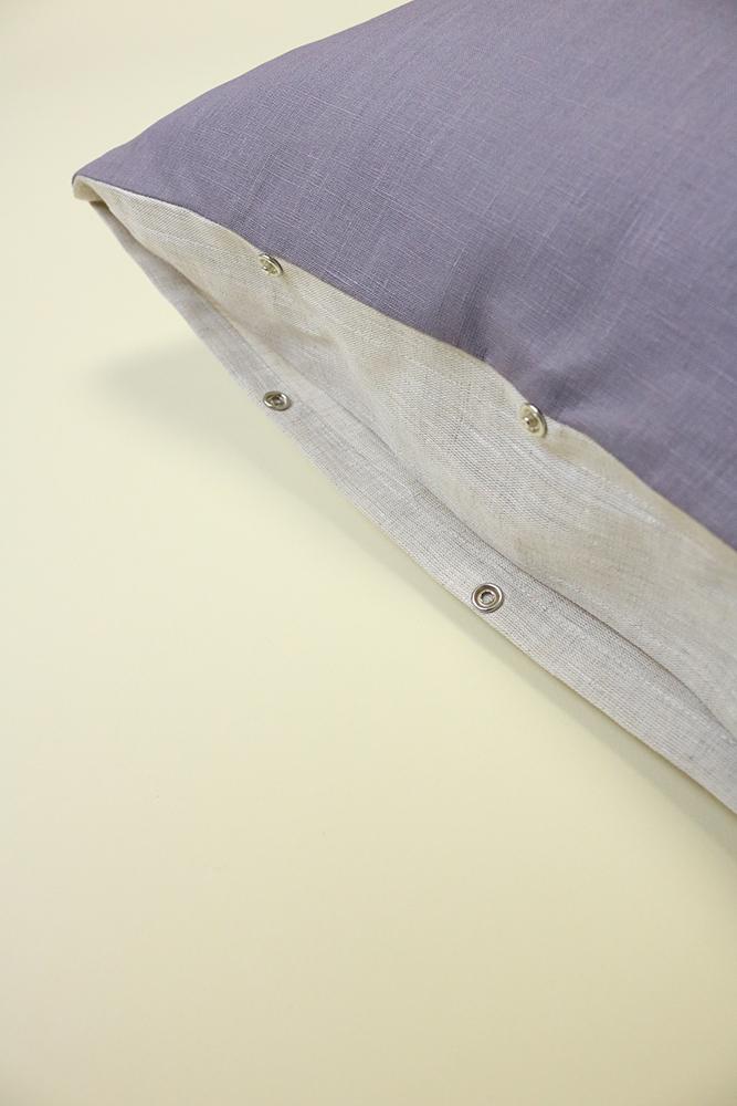 Détail de la fermeture par pression du coussin en lin Lili mauve-grisé. Fait main en France