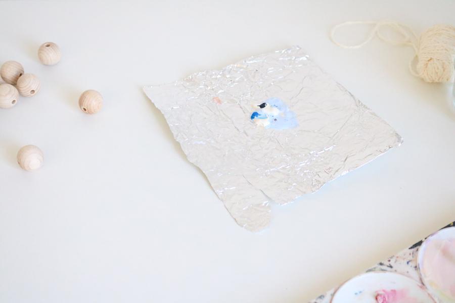 Détail du diy ronds de serviette, versez la peinture sur de l'aluminium.