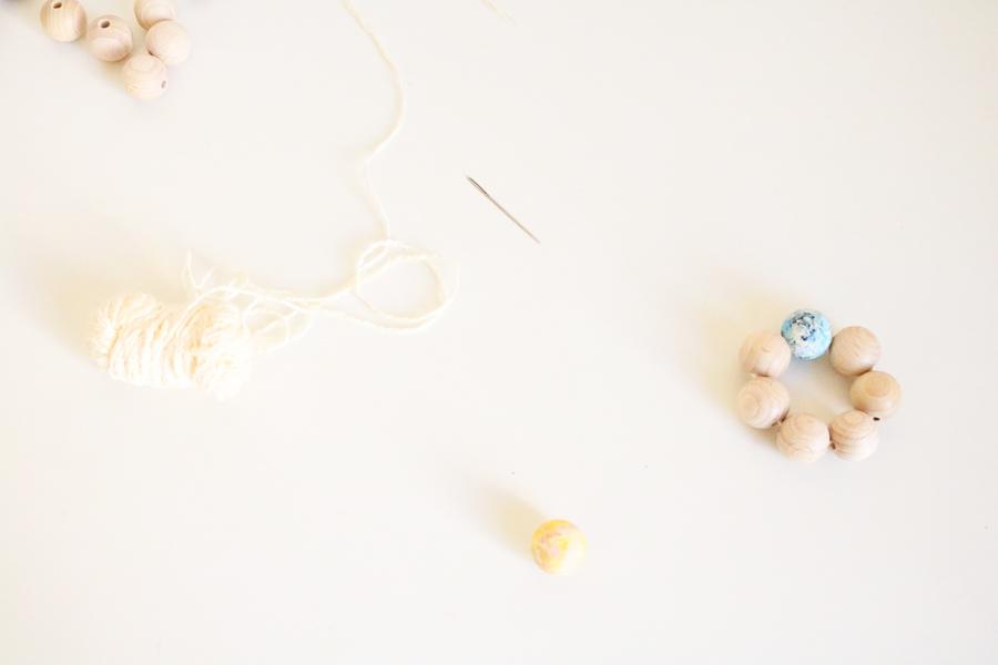 Voici le rond de serviette en perles en bois très simple à réaliser.