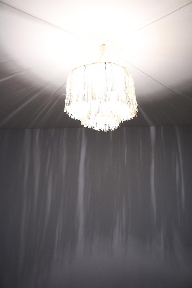 Voici le luminaire allumé et les jolies ombres qu'il reflète.
