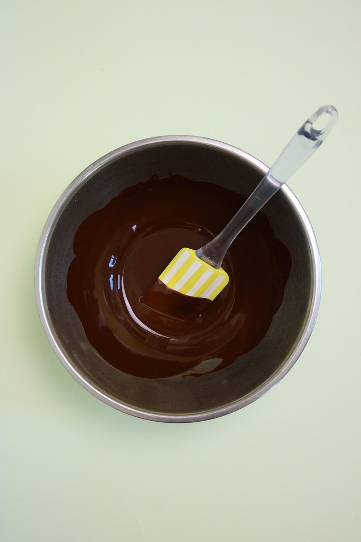 Voici le chocolat fondu pour les boules chocolat coco vegan, sans gluten, sans sucre raffiné. #healthy #vegan #chocolat