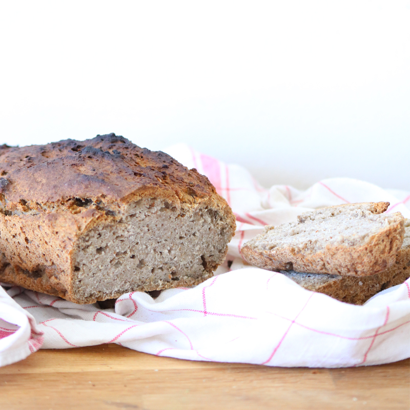 Voilà une recette délicieuse et assez facile de pain sans gluten et vegan. Essayez la !