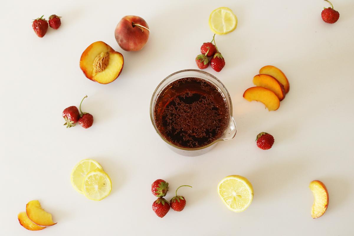 Infusion de Rooibos pour préparer le Fresh Red, boisson fraîche au Rooibos aromatisée avec du jus de fruits.