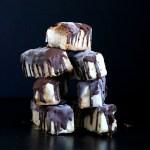 Voici ma délicieuse recette de Mars glacés vegan faits maison. Une bonne glace vanille et un caramel moelleux.