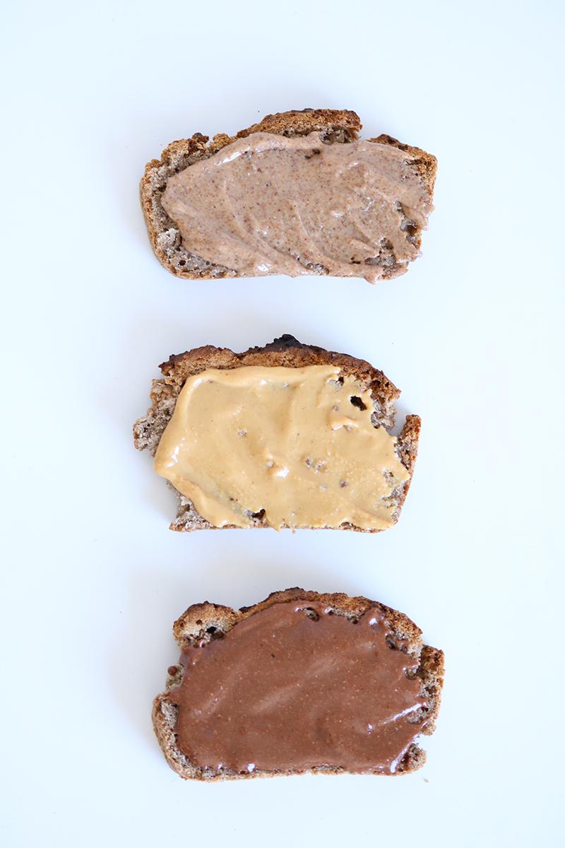 Toasts de pain sans gluten tartinés aux beurres d'oléagineux maison. Les recettes sont disponibles sur mon blog.