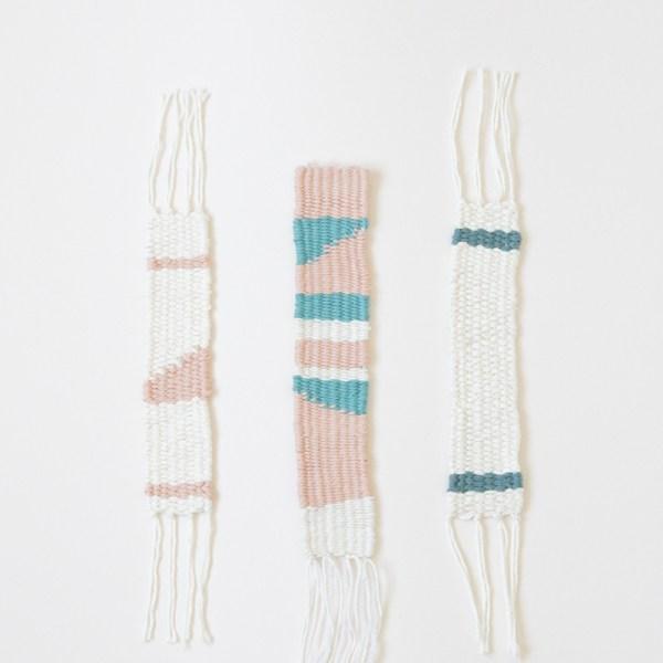Marque-pages tissés dans des tons pastels, crème, rose et bleu. Tissé à la main en France de façon artisanale.