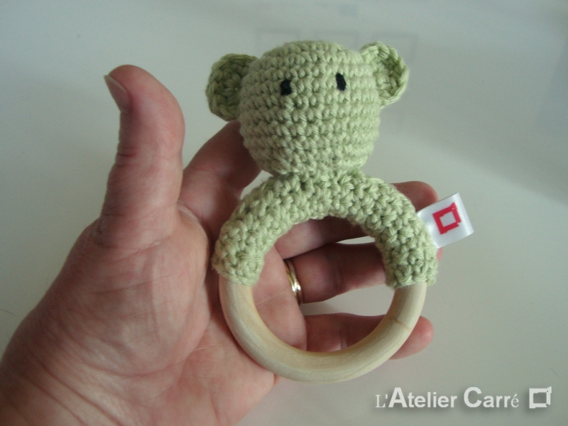 hochet-bois-crochet-anneau-ourson-personnalisable