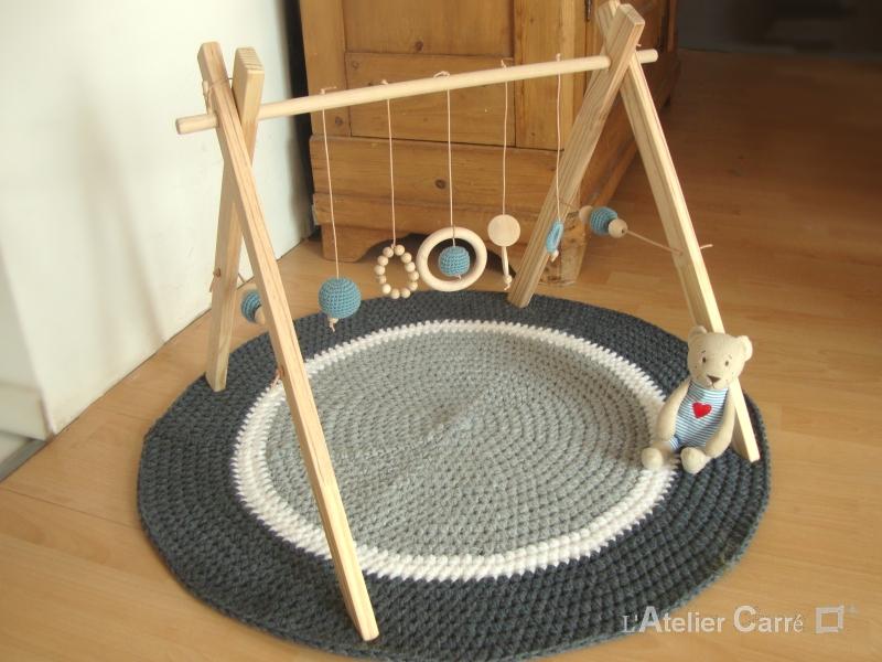 portique-d-eveil-bebe-bois-crochet-bleu-gris