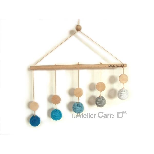 mobile de gobbi bois et crochet bleu