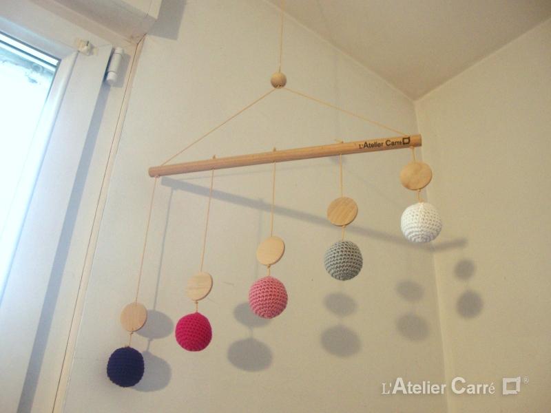 mobile de gobbi bois et crochet rose