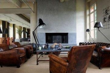 un-salon-esprit-loft-rechauffe-par-les-fauteuils-club-et-un-canape-chesterfield_4702007