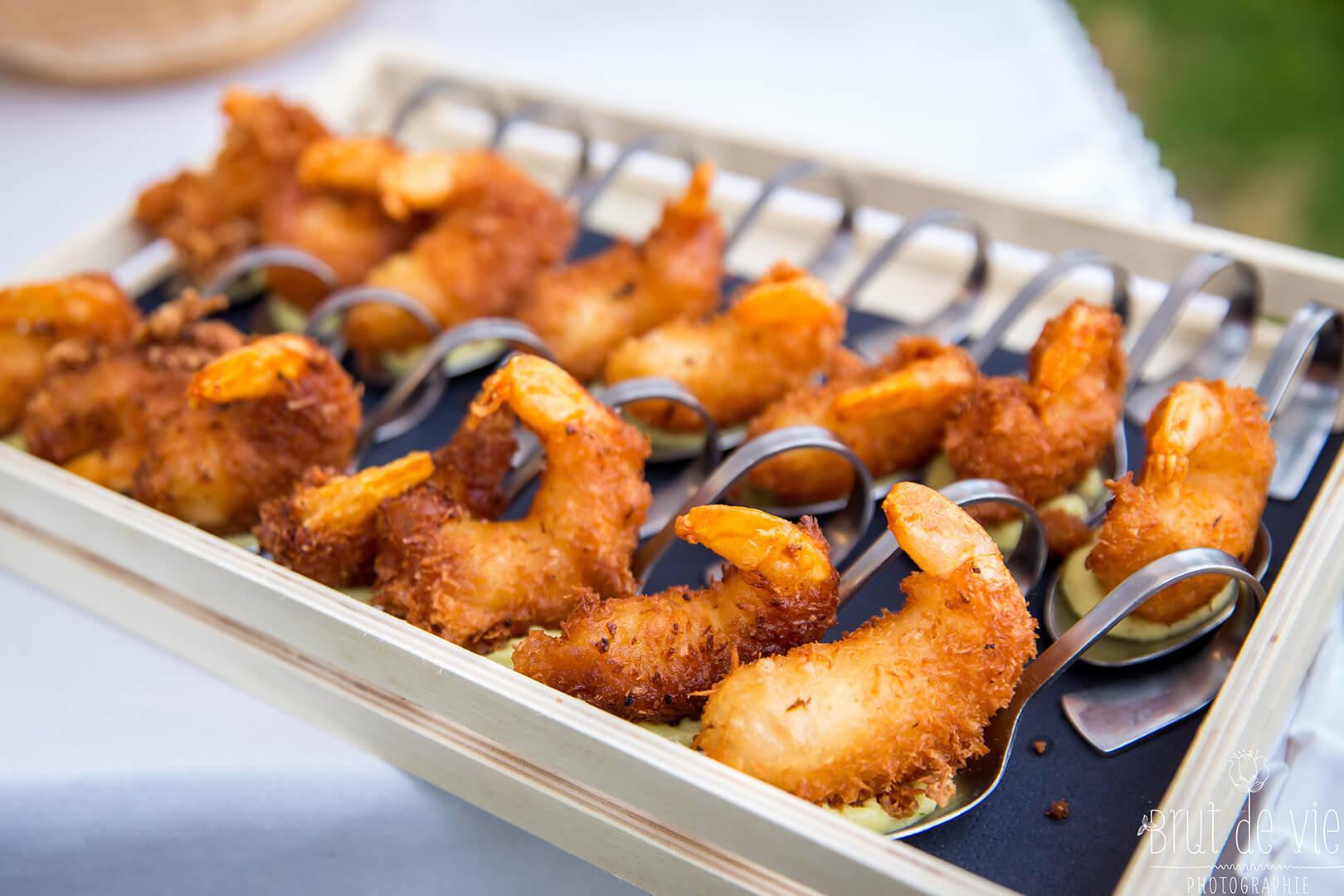Gambas en tempura, condiment avocat banane - L'Atelier du Chef - Traiteur Corse