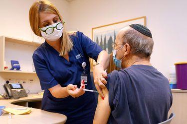 Israel comienza a administrar tercera dosis de vacuna contra el Covid-19 debido a la variante Delta