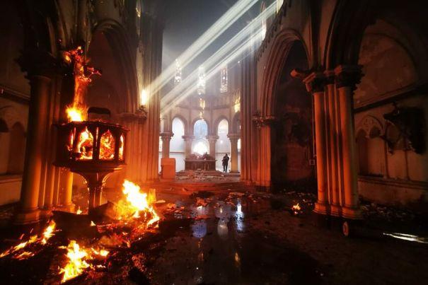 Imagen del interior de la iglesia institucional de Carabineros, tras incendio