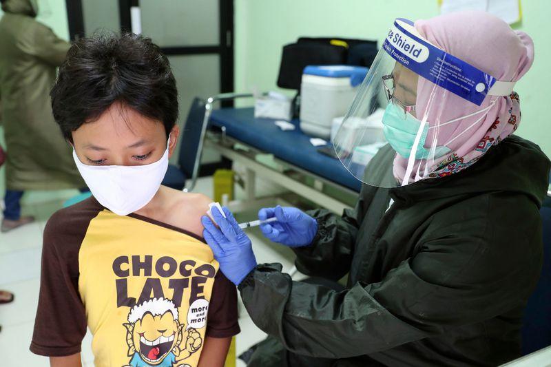 Y la vacuna para los niños? Pruebas en menores solo partieron hace unos meses, por lo que aún no se aprueban para ellos - La Tercera